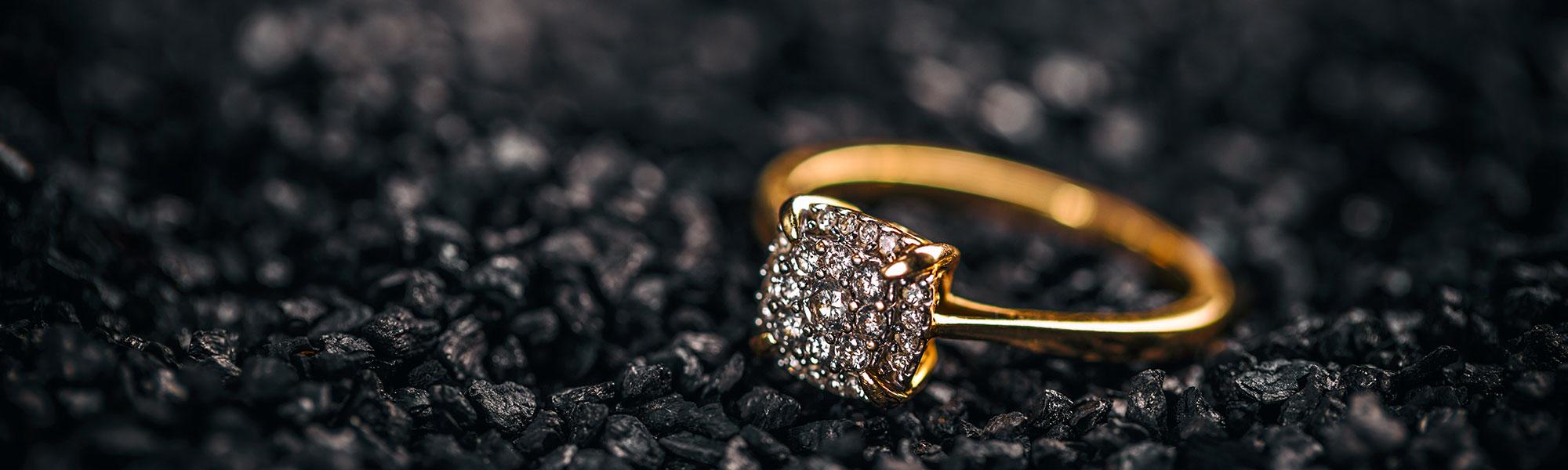 Goldener Ring mit Schmucksteinen